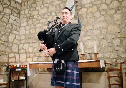Piper soliste du Bordeaux Pipe Band jouant lors d'un mariage