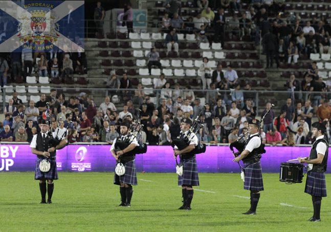 Sonneurs de cornemuse du Bordeaux Pipe Band au stade avant un match de Rubgy