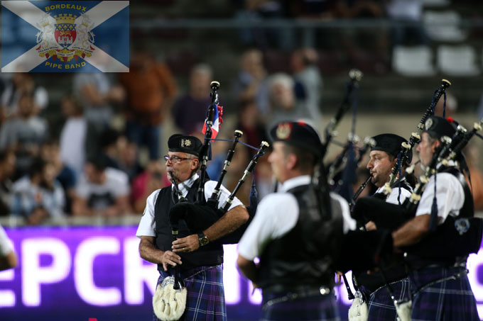 pipers de bordeaux pipe band jouant sur la pelouse de l'ubb