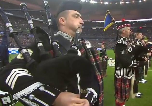 Pipers du Bordeaux Pipe Band jouant Flower of Scotland au Stade de France lors du Tournoi des six nations