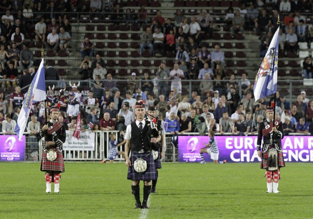 Pipers du Bordeaux Pipe Band sur un stade de rubgy