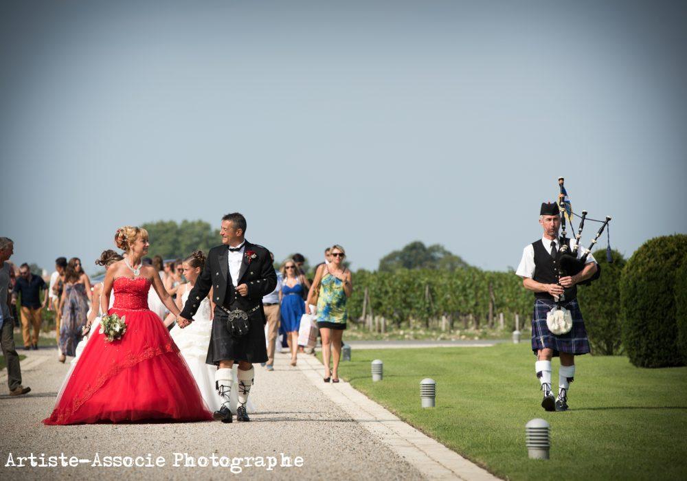 Piper du Bordeaux Pipe Band accompagnant les mariés