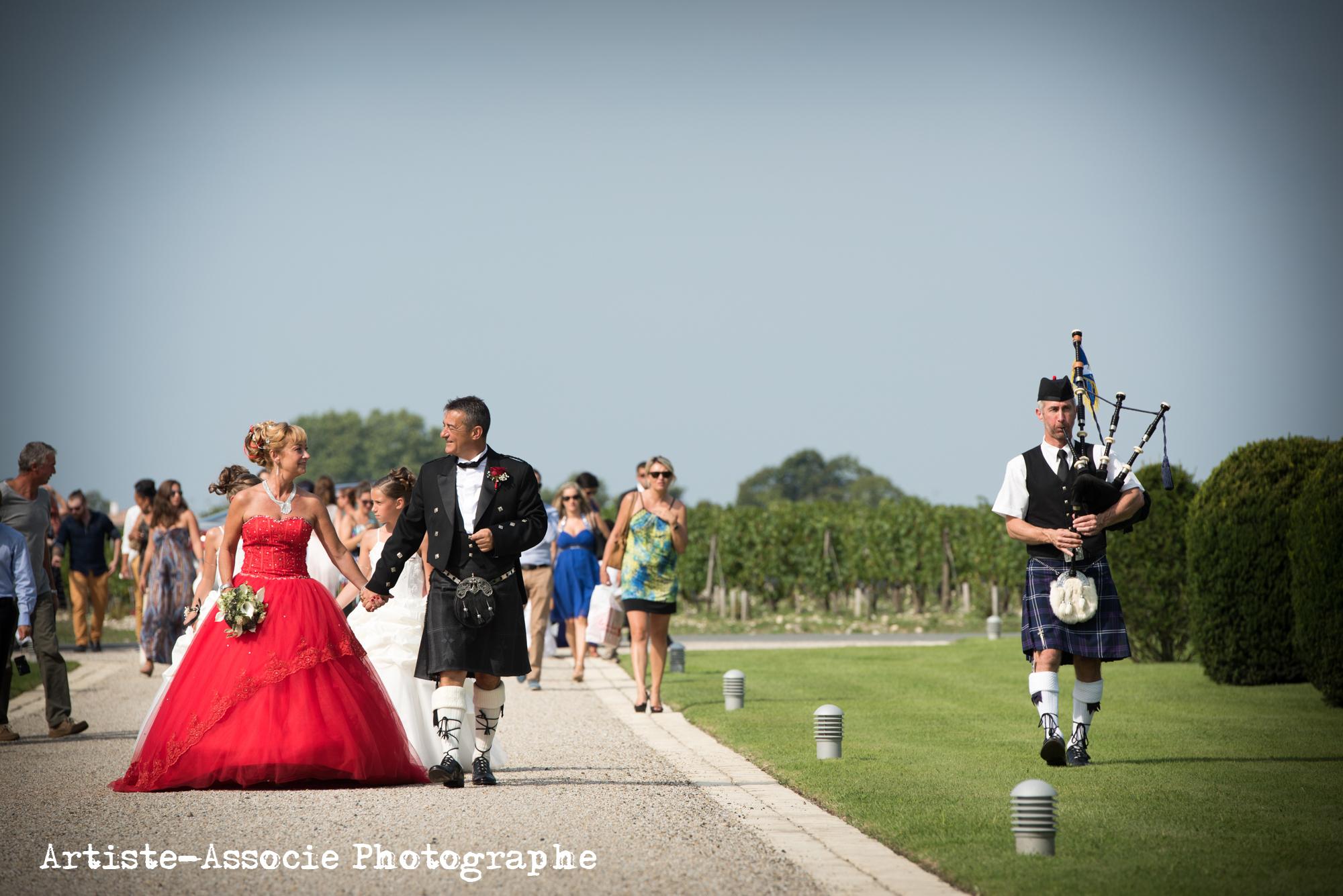Piper accompagnant les mariés