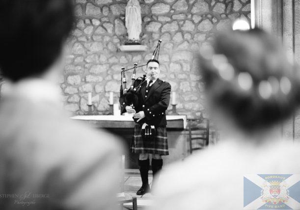 Sonneur du Bordeaux Pipe Band jouant lors d'un mariage