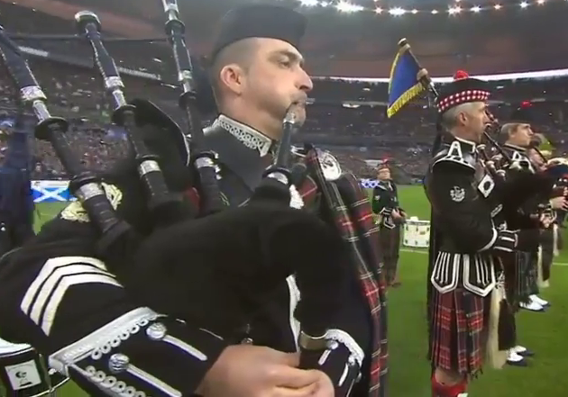Pipers du Bordeaux Pipe Band jouant Flower of Scotland au Stade de France lors du Tournoi des six nations